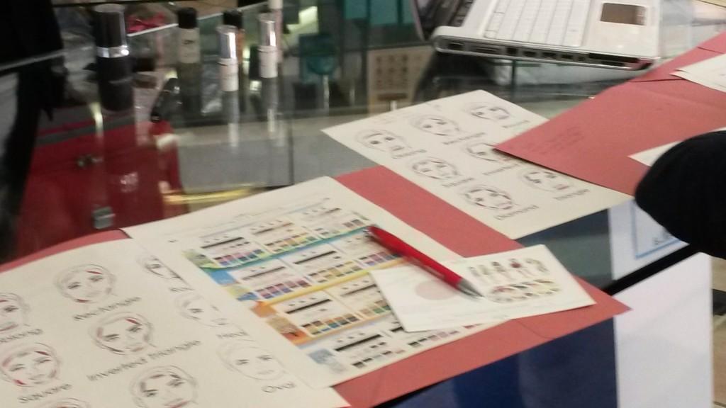 cartelline contenente il materiale per il corso di armocromia e trucco